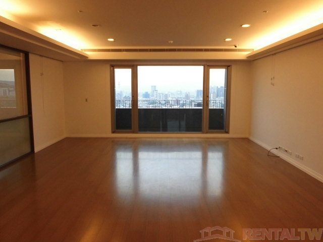Wooden Floor Apartment in Tianmu, near TAS  and MRT